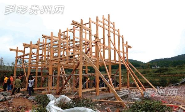 西方木匠看到民居建成十分高兴。   越剑说,这栋用中西合璧技术建造的无国界木匠工作营,建成投入使用后将作为木匠技艺传习所,让感兴趣的城乡孩子或成年人在这里学习中外木工技艺,做一些自己喜欢的手工、木工小物件、小摆件等。还可以举办一些木工爱好者沙龙,请木工匠人来给爱好者授课,让我国的木工技艺得以传承和保护。同时,这栋建筑将永久保留供游客参观,提高人们保护古村落、古民居的思想意识。   据悉,乌当区文化遗产非常丰富,现有省、市、区各级文物保护单位26处,有国家、省、市、区各级非物质文化遗产保护名录22处。
