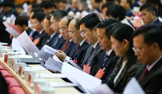 参会人员阅读会议资料