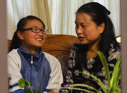 刘芳与13岁的杨佳琪谈心。