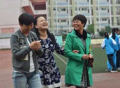 午饭后,刘芳与两位同事在学校操场上散步聊天。