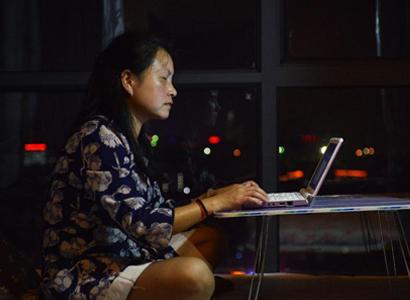 刘芳借助盲人软件,用电脑写作。