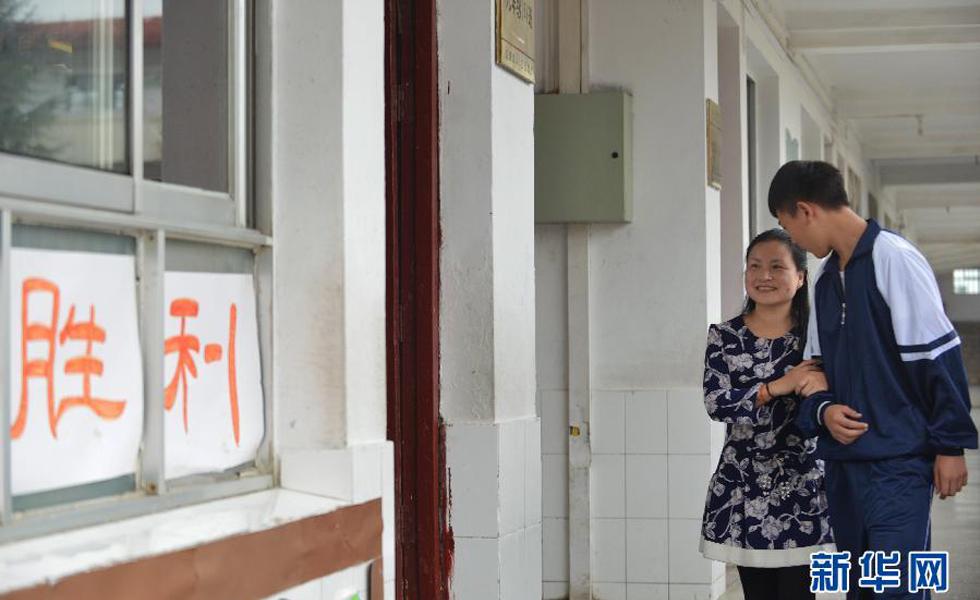 刘芳在学生的协助下,前往教室上课。