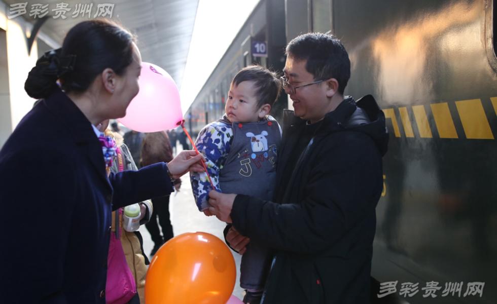 """春运首日: 20余位""""列车妈妈""""志愿者服务儿童旅客"""