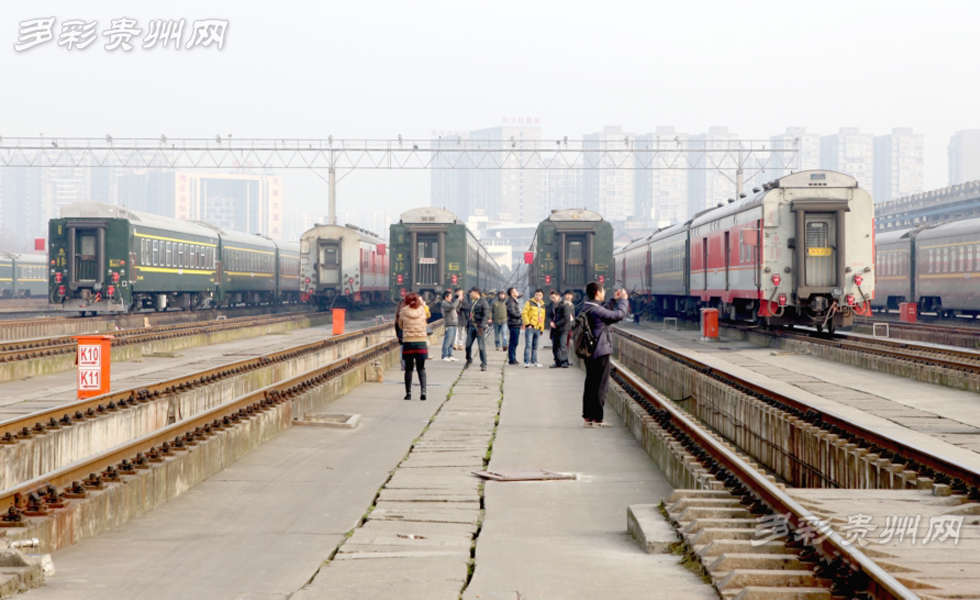 春运首日 网友体验清洗列车和检票工作