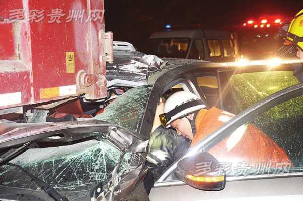 厦蓉高速一辆轿车追尾大货 驾驶员被困