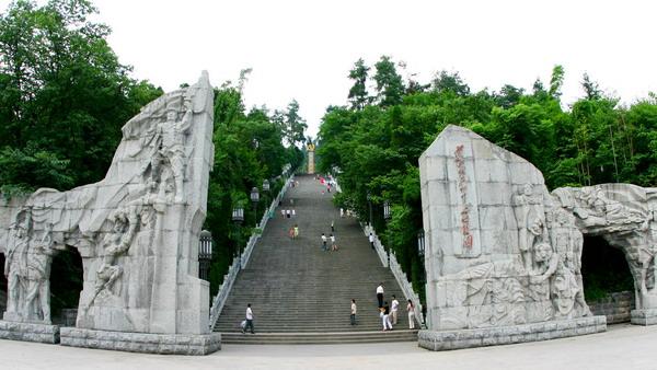 邓萍牺牲时的雕塑,红军女卫生员铜像以及纪念红军长征在遵义牺牲的