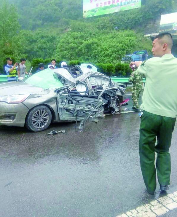 贵遵高速昨日发生连环车祸 交通中断5小时 致2死2重伤