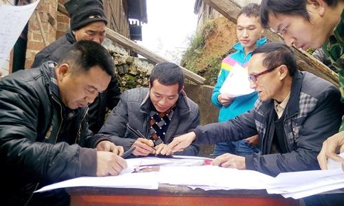 指导群众签订移民搬迁协议书