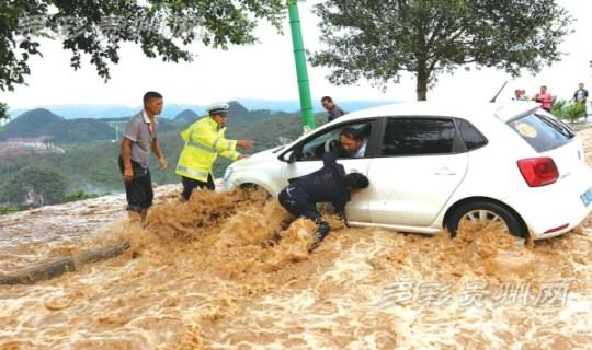 贵州好汉何安明 生死关头驾车冲进洪流救人
