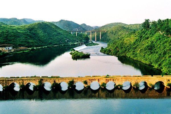 1、姬昌桥位于贵州省清镇县,清(镇)毕(节)公路上,建于清道光十七年(公元1837年)。原为13孔,1934年,清毕公路通车,改为公路桥,增加2孔,为15孔,跨径4.7米-7米不等,全长132米。   2、漫步于国家4A级风景名胜区红枫湖大坝以北250米左右的姬昌桥上,俯视北面150米处的河道,一座低矮的15孔石拱桥,横卧在缓缓流淌的猫跳河上。那就是已经历了80年风风雨雨的清镇市姬昌桥,也是在同一地址上修建的第三座石拱桥。加上现在正发挥交通功能的钢筋混凝土公路桥和铁路桥,共同记载了清镇市猫跳河上几