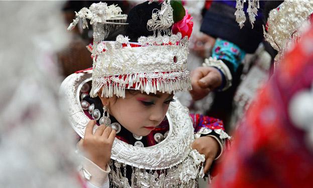 贵州剑河上演民族服饰秀