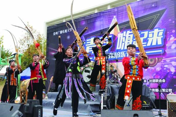 """贵州省高校音乐节民乐和摇滚一起""""嗨"""""""