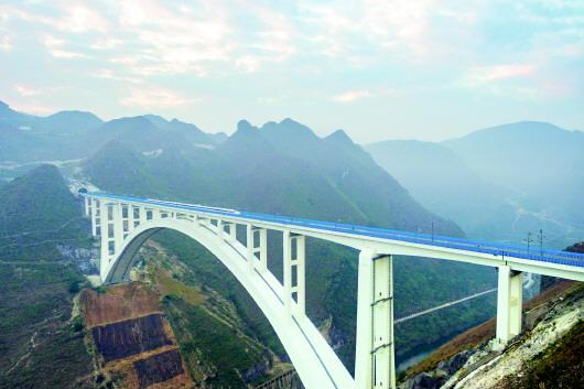 0日,动车组在世界最大跨度的钢筋混凝土拱桥——沪昆高铁北盘江