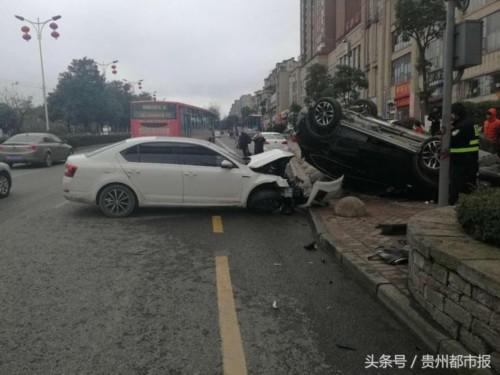 """贵阳街头上演""""天外飞车"""" 荣威越野翻过隔离带 砸中对向轿车"""