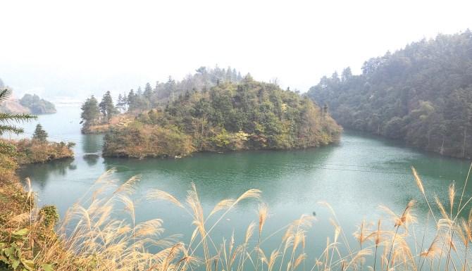 """锦屏县菜园村前的""""鸬鹚颈"""",左侧连接外面水域和里面水域的水口即是江"""
