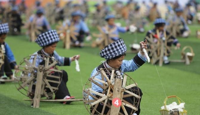贵州望谟331名绣娘成功挑战吉尼斯世界纪录