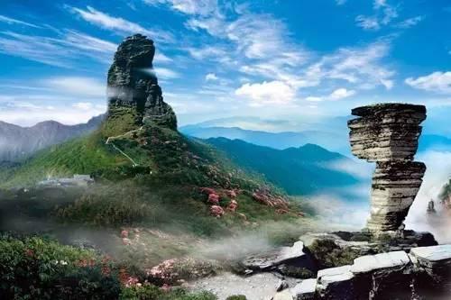 红云金顶,月镜山,万米睡佛,蘑菇石,万卷经书,九龙池,凤凰山等.