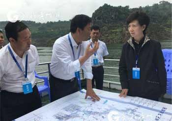 """""""谌贻琴重点巡查万峰湖环境卫生、水质情况"""