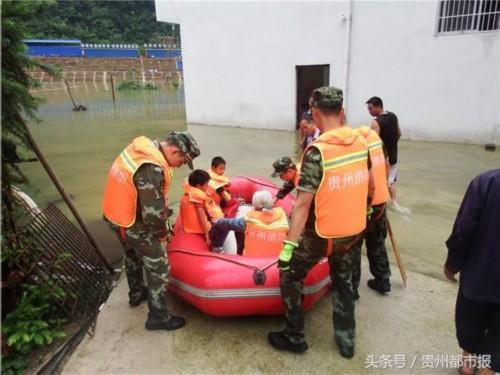 平塘强降雨 小山村面临淹没 消防成功转移21名村民