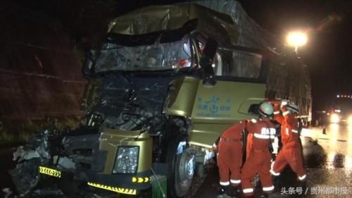 暖心 车祸中两人被困,消防官兵脱下雨衣搭帐篷给伤者挡雨并及时救助