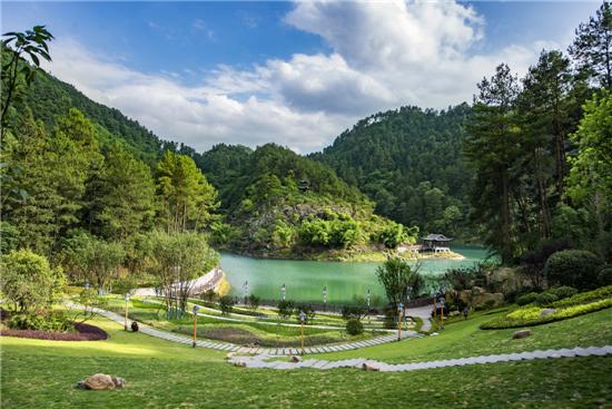 公园由青云湖,石门湖,螺蛳壳三大景区组成,经营总面积2980公顷