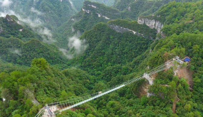 航拍贵州首座玻璃天桥 就在世界自然遗产地施秉云台山