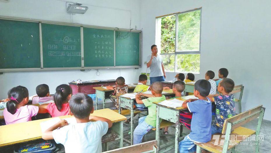 黄红给孩子上语文课。