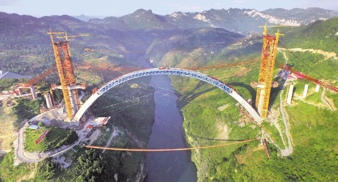 预计2019年开通   国庆长假期间,成贵高铁鸭池河特大桥的建设者们坚守