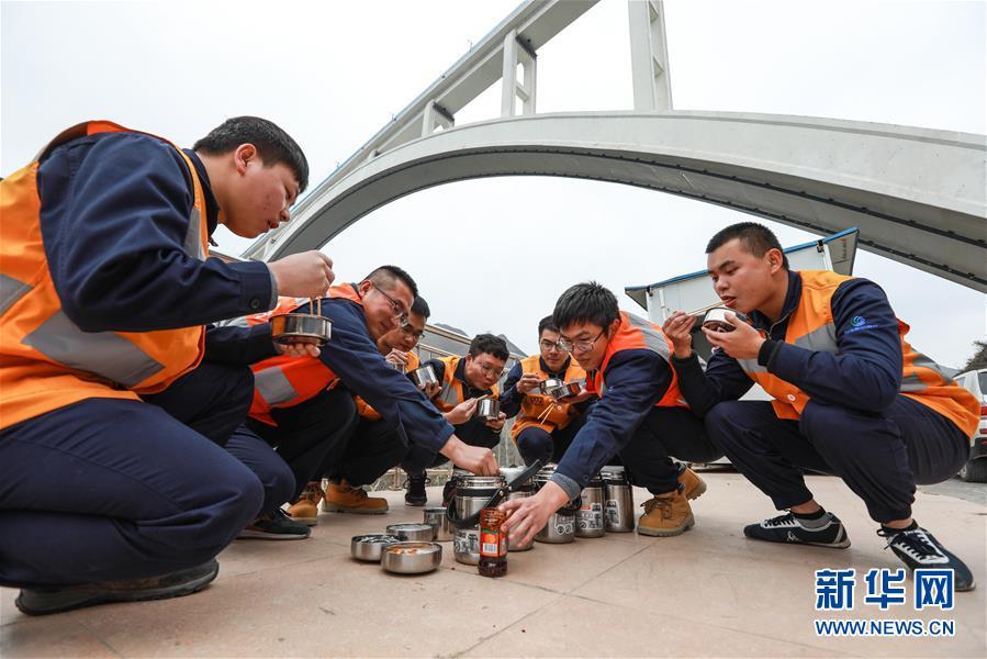 """【组图】沪昆高铁北盘江特大桥上的""""蜘蛛侠"""""""