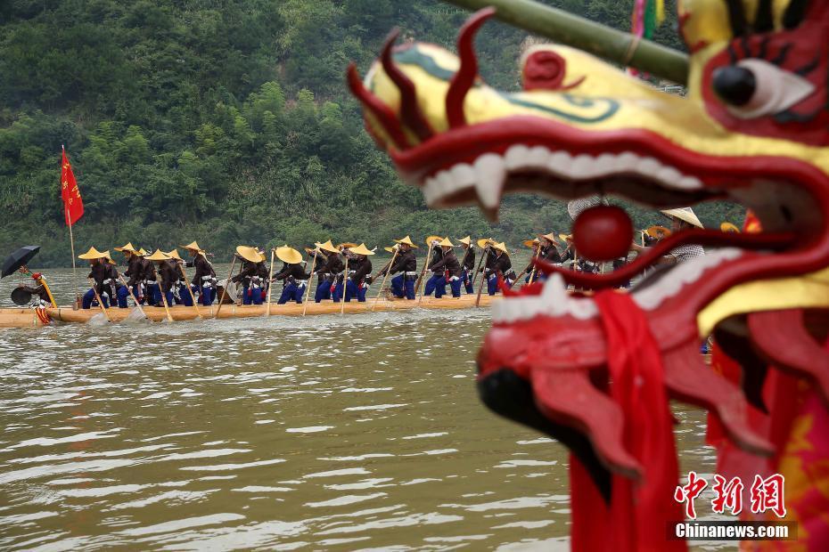 贵州台江苗族民众欢庆独木龙舟节