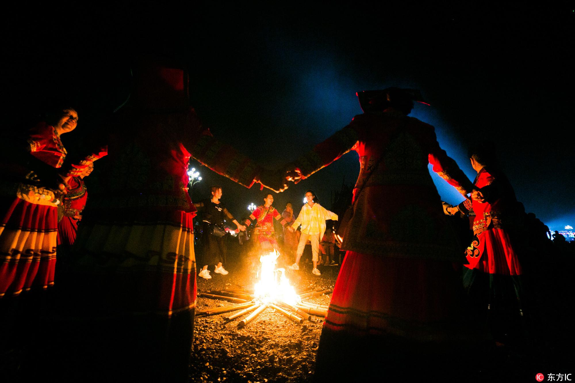 2018年8月5日,贵州省毕节市百里杜鹃风景区彝族同胞和其他民族同胞