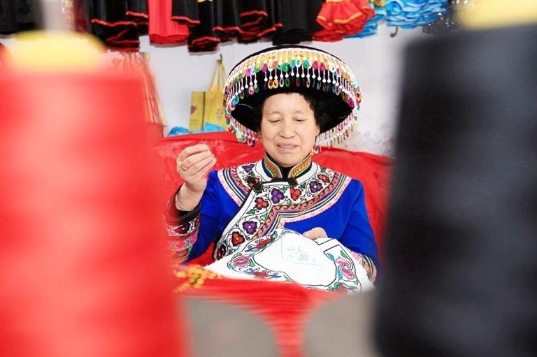 陈友芬:一针一线传承民族文化