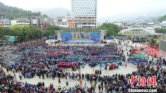 多彩贵州网 贵州望谟 万名布依族同胞欢庆 三月三