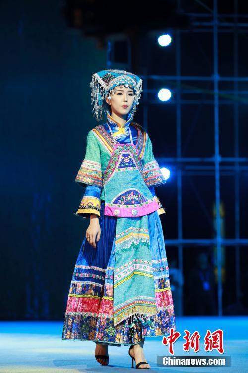 多彩贵州网 贵州望谟举办民族服饰设计展演 展布依族服饰之美