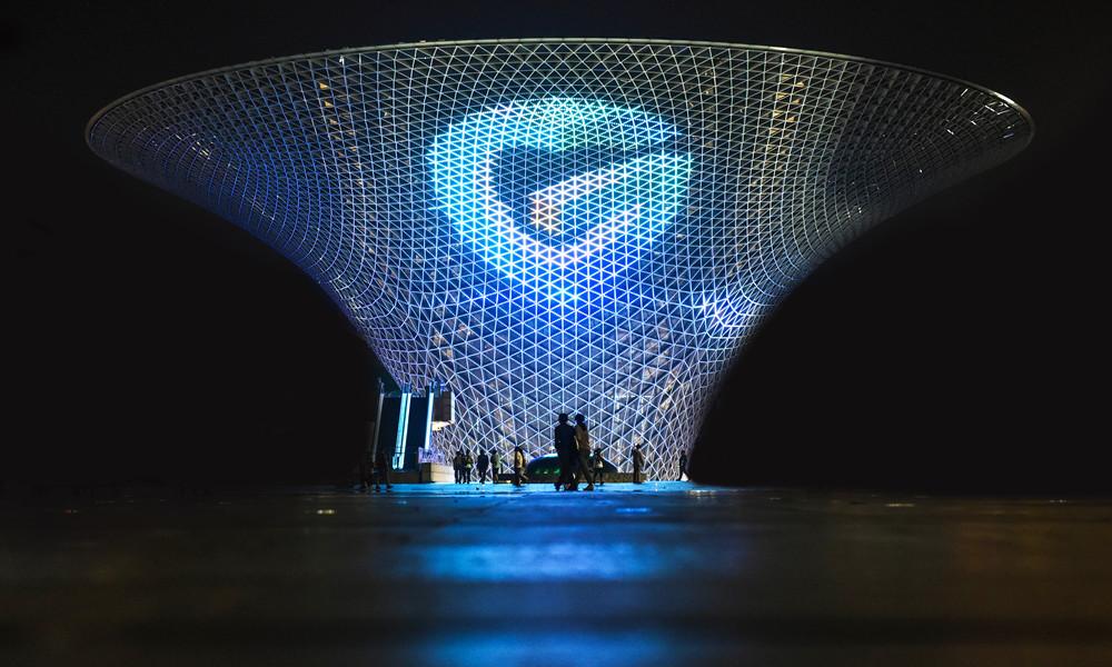 """多彩贵州网LOGO被点亮在世博会永久建筑""""中国碗""""之上"""