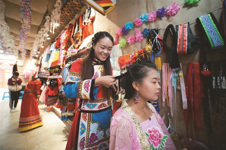 安置区里创业的彝族女孩