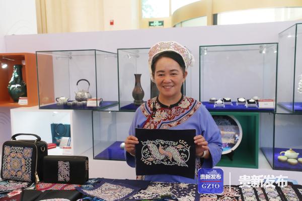 """贵州的""""绣娘""""现场展示贵州传统手工艺品"""