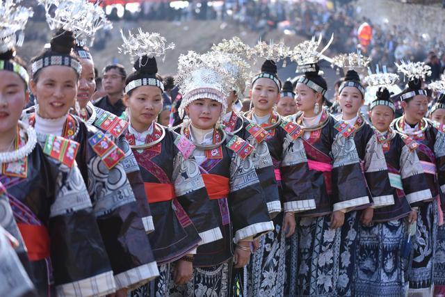 新华社发(黄晓海摄) 1 ↑苗族村民在吃新节中跳传统芦笙舞
