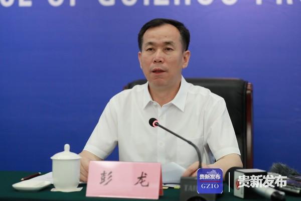 省统计局副局长、新闻发言人彭龙向大家介绍有关情况